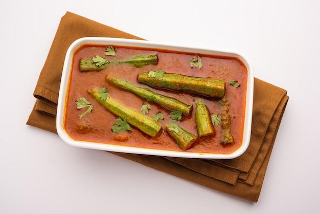 La coscia di curry è una deliziosa e piccante salsa di verdure o una ricetta secca che viene preparata utilizzando bastoncini di moringa e spezie. cibo indiano sano