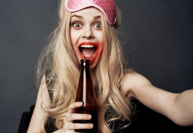 Donna ubriaca con una bottiglia di birra