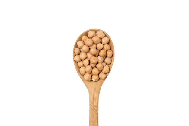 Ceci secchi in un cucchiaio di legno isolato su uno sfondo bianco. semole di fagioli.