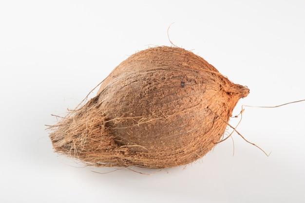 Frutta secca di cocco isolata su sfondo bianco