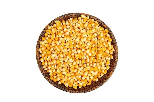 Chicchi di mais essiccati nella ciotola per preparare i popcorn