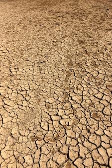 La terra secca e screpolata. il montenegrino. montagna d'estate