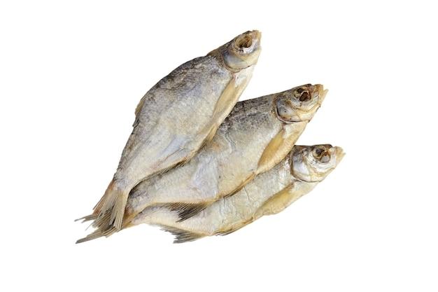 Spuntino secco della birra del pesce isolato su bianco