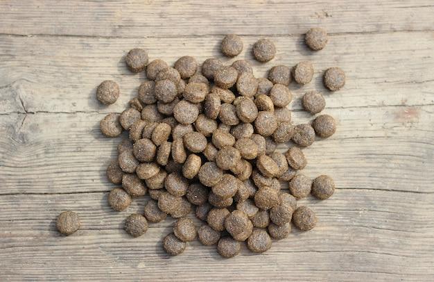 Cibo secco per animali in granuli su un tavolo di legno