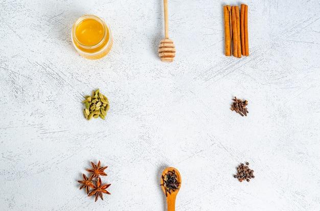 Gli ingredienti secchi per il tradizionale tè indiano sono il tè masala sotto forma di una cornice.