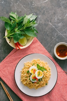Noodle istantaneo secco - ramen asiatico e verdure per la zuppa