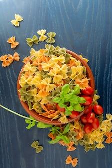 Pasta secca italiana ai cereali a forma di fiocco