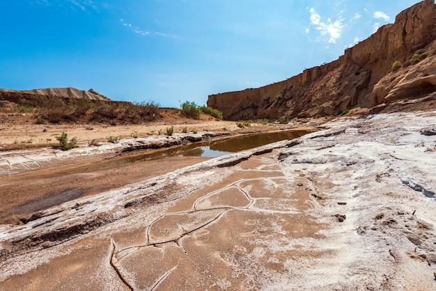 Alveo secco di un fiume di montagna, siccità, mancanza di acqua