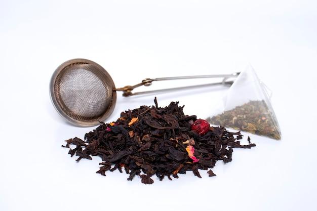 Tè naturale secco e tè confezionato, colino bollente.