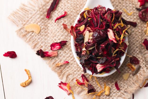 Frutta secca floreale rossa e tisana di ibisco con petali