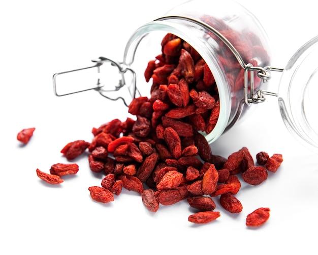 Bacche di goji rosse secche per una dieta sana su sfondo bianco