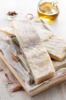 Merluzzo salato a secco sul bordo di legno