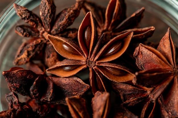 Anice stellato secco di colore marrone in una ciotola di vetro