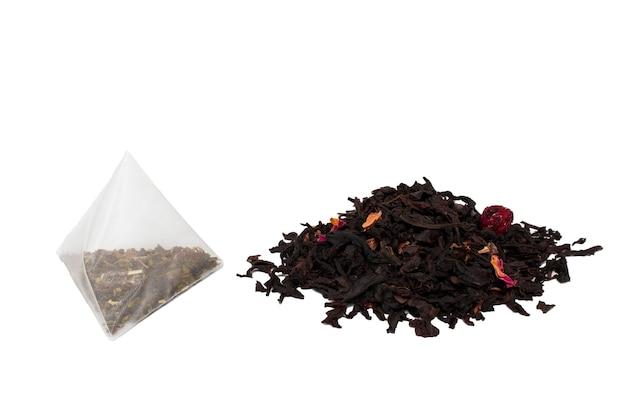 Asciugare le foglie di tè e il tè in una bustina di tè.