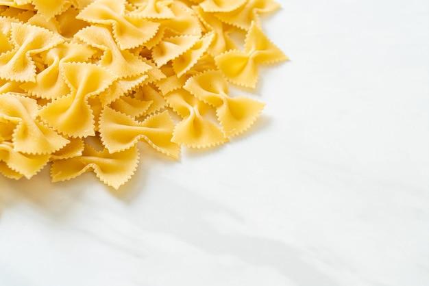 Pasta cruda asciutta del farfalle con lo spazio della copia