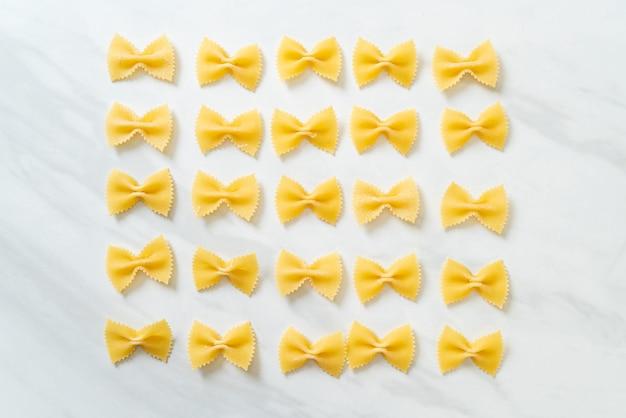 Pasta secca di farfalle cruda con spazio di copia