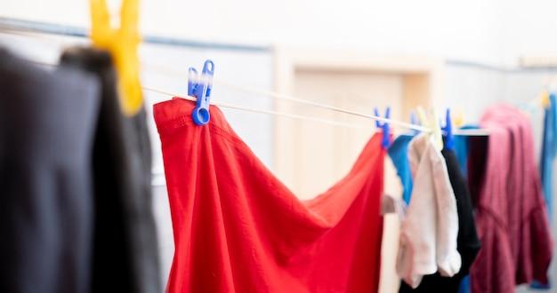 Asciugare i panni stesi in lavanderia, stesi dopo il lavaggio