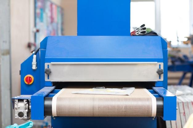 Forno di essiccazione per il processo di serigrafia serigrafica presso la fabbrica di abbigliamento