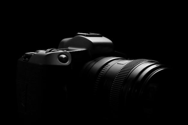 Siluetta del corpo della macchina fotografica della foto di dslr sul nero