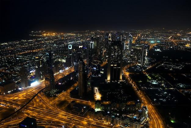 Paesaggio urbano di dubai di notte emirati arabi uniti