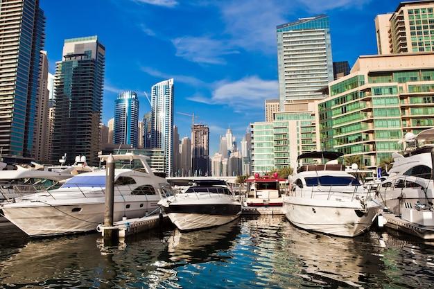 Marina di dubai con yacht di lusso negli emirati arabi uniti