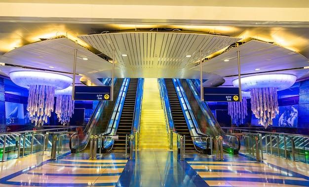 Dubai, emirati arabi uniti - 1 gennaio: interno della stazione della metropolitana burjuman gennaio