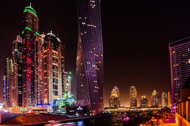 Dubai, emirati arabi uniti - 21 marzo: dubai marina al crepuscolo 21 marzo 2016, dubai, emirati arabi uniti. nella città della lunghezza del canale artificiale di 3 chilometri lungo il golfo persico.