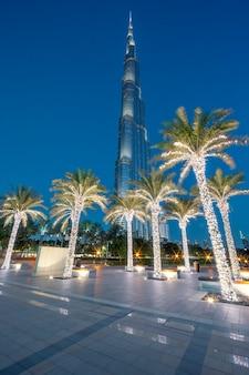 Dubai, emirati arabi uniti - 27 novembre: burj khalifa di notte il 27 novembre 2014 a dubai, emirati arabi uniti. burj khalifa è attualmente l'edificio più alto del mondo, a 829,84 m (2,723 piedi).