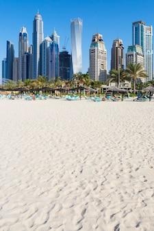 Dubai, emirati arabi uniti - 28 novembre: turisti sulla spiaggia della città, 28 novembre 2014 a dubai. più di 10 milioni di persone visitano la città ogni anno.