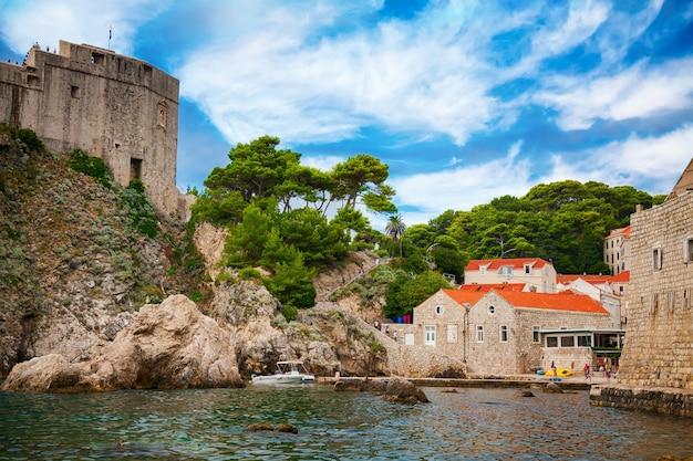 Dubrovnik west harbour con fort lovrijenac e piccole case con tetti rossi, dubrovnik, croazia