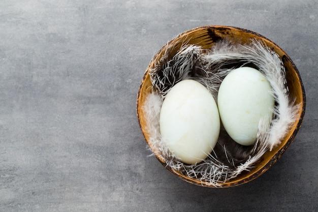 Uova di anatra su uno sfondo grigio gabbia.