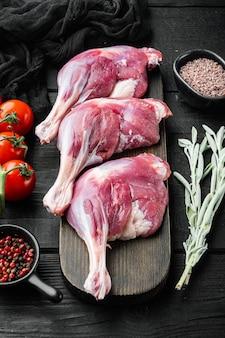 Cosce d'anatra confit di carne di pollame crudo menu concept che serve dimensione impostata, con erbe e ingredienti
