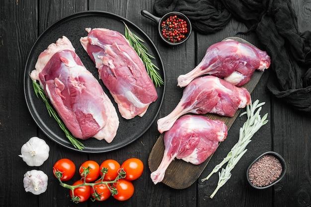Cosce di carne di anatra confit petto di pollame crudo menu concept che serve dimensioni impostate, con erbe e ingredienti