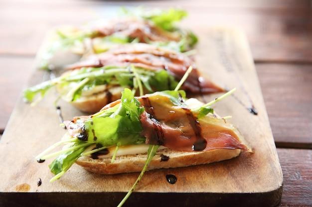 Prosciutto d'anatra anatra affumicata su pane
