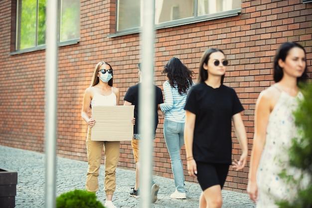 Amico con il segno, la donna sta in piedi a protestare contro le cose che la infastidiscono