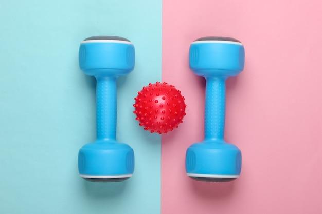 Manubrio con palla da massaggio su pastello rosa blu