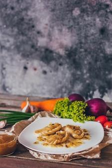 Gnocchi, ripieni di carne e serviti con cipolla fritta e pezzi di carne. varenyky, vareniki, pierogi, pyrohy. gnocchi ripieni.