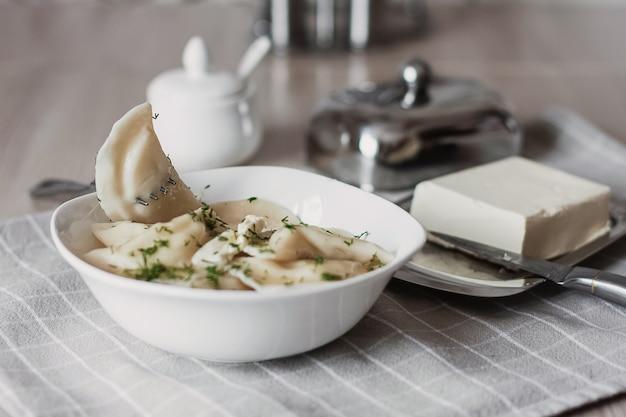 Gnocchi, ripieni di patate e serviti con burro e finocchi.