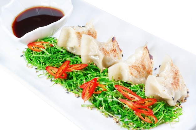 Ravioli, ravioli ripieni di frutti di mare da vicino. con aceto nero