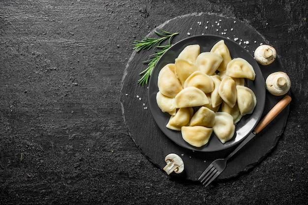 Gnocchi con carne di manzo su un piatto.