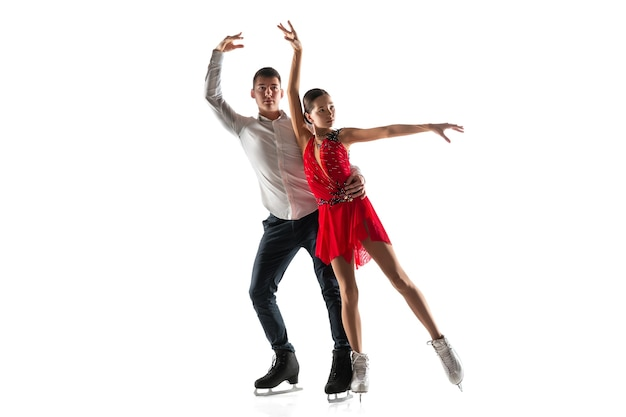 Pattinaggio di figura del duo isolato. due sportivi che praticano e si allenano in azione e movimento. pieno di grazia e senza peso. concetto di movimento, sport, bellezza.