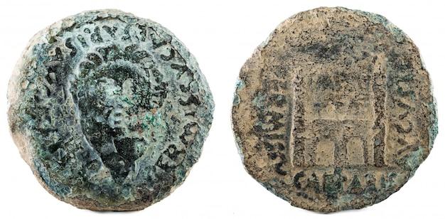 Dupondius. antica moneta romana in bronzo dell'imperatore augusto. coniato in emerita augusta. merida attuale in spagna.