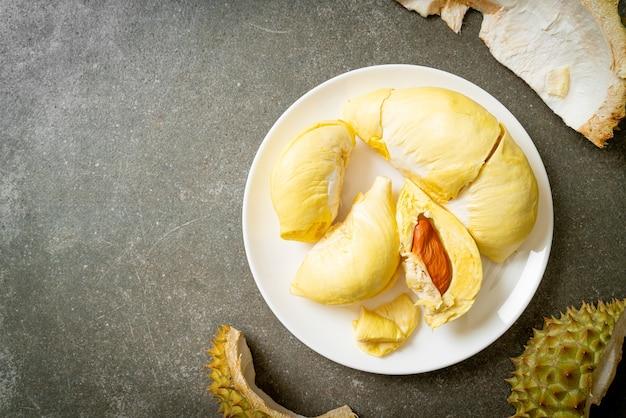Durian stagionato e fresco, buccia di durian sul piatto bianco