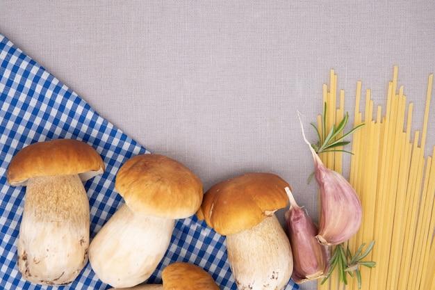 Tagliolini di grano duro e funghi porcini freschi su tavola di legno