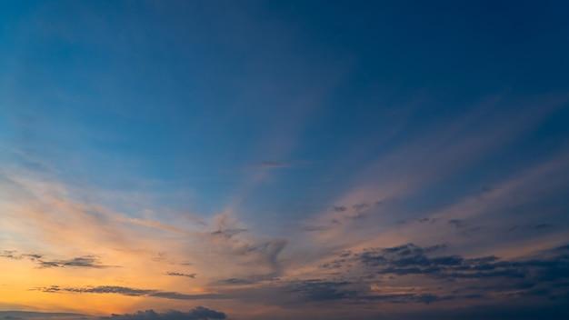 Cielo al tramonto la sera con nuvole colorate di luce solare al crepuscolo