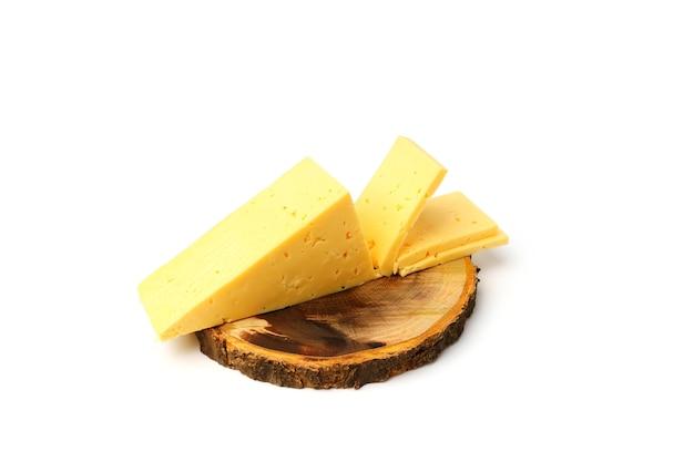 Formaggio olandese. fetta di formaggio a fette su un tagliere rotondo isolato su sfondo bianco