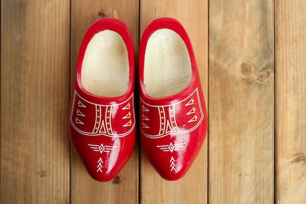 Scarpe di legno rosse olandesi dell'olanda su legno