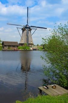 Mulino a vento olandese a kinderdijk, sito patrimonio mondiale dell'unesco, olanda