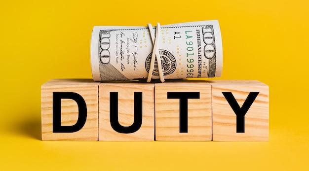 Dazio con denaro su sfondo giallo. il concetto di affari, finanza, credito, reddito, risparmio, investimenti, cambio, tasse