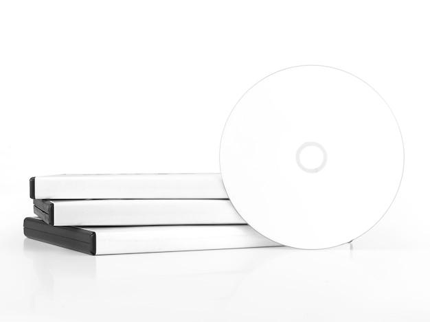 Custodia dvd con disco dvd isolato su bianco